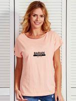 T-shirt damski z nadrukiem znaku zodiaku BARAN łososiowy                                  zdj.                                  1