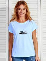 T-shirt damski z nadrukiem znaku zodiaku BARAN niebieski                                  zdj.                                  1