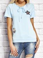 T-shirt damski z wiązaniem i naszywkami jasnoniebieski                                  zdj.                                  1