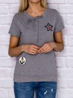 T-shirt damski z wiązaniem i naszywkami szary                                  zdj.                                  1