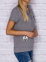 T-shirt damski z wiązaniem i naszywkami szary                                  zdj.                                  3