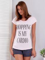 T-shirt jasnoróżowy SHOPPING IS MY CARDIO                                  zdj.                                  1