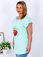 T-shirt miętowy z truskawką PLUS SIZE                                  zdj.                                  3