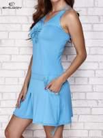 Fuksjowa sukienka sportowa z wiązaniem przy dekolcie