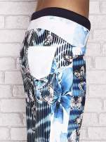 Turkusowe spodnie capri z nadrukiem motyli                                  zdj.                                  5