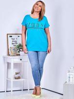 Turkusowy t-shirt z napisem z perełek PLUS SIZE                                  zdj.                                  4