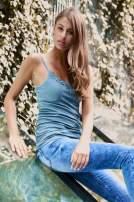 VERO MODA Niebieskozielony top damski z koronkowym dekoltem                                  zdj.                                  1