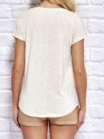 YUPS Beżowy t-shirt z delikatnym tekstowym nadrukiem                                  zdj.                                  2