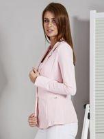 Żakiet damski z naszytymi kieszeniami różowy                                  zdj.                                  3