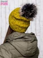 Zielona czapka z warkoczowym splotem i futrzanym pomponem                                  zdj.                                  3