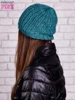 Zielona dziergana czapka z cekinami