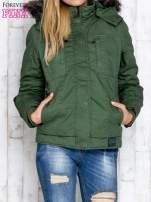 Zielona kurtka z futrzanym wykończeniem kołnierza