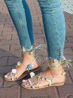 Złote sandały z kolorowymi pomponikami wiązane wokół kostki rzemykiem z ozdobnym chwostem                                  zdj.                                  2