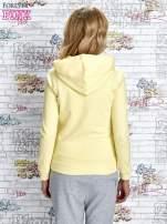 Żółta bluza z kapturem i napisem HONOUR