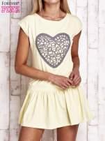 Żółta dresowa sukienka tenisowa z aplikacją serca                                  zdj.                                  1