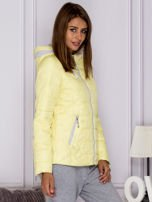 Żółta pikowana kurtka przejściowa z ozdobnymi suwakami                                  zdj.                                  3