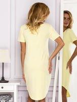 Żółta sukienka z ozdobną kieszonką                                  zdj.                                  2