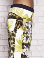 Żółte spodnie capri z nadrukiem motyli                                  zdj.                                  4