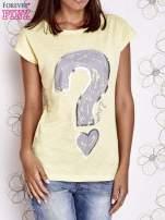 Żółty t-shirt z nadrukiem znaku zapytania                                  zdj.                                  1